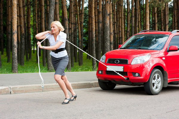 девушка тащит авто